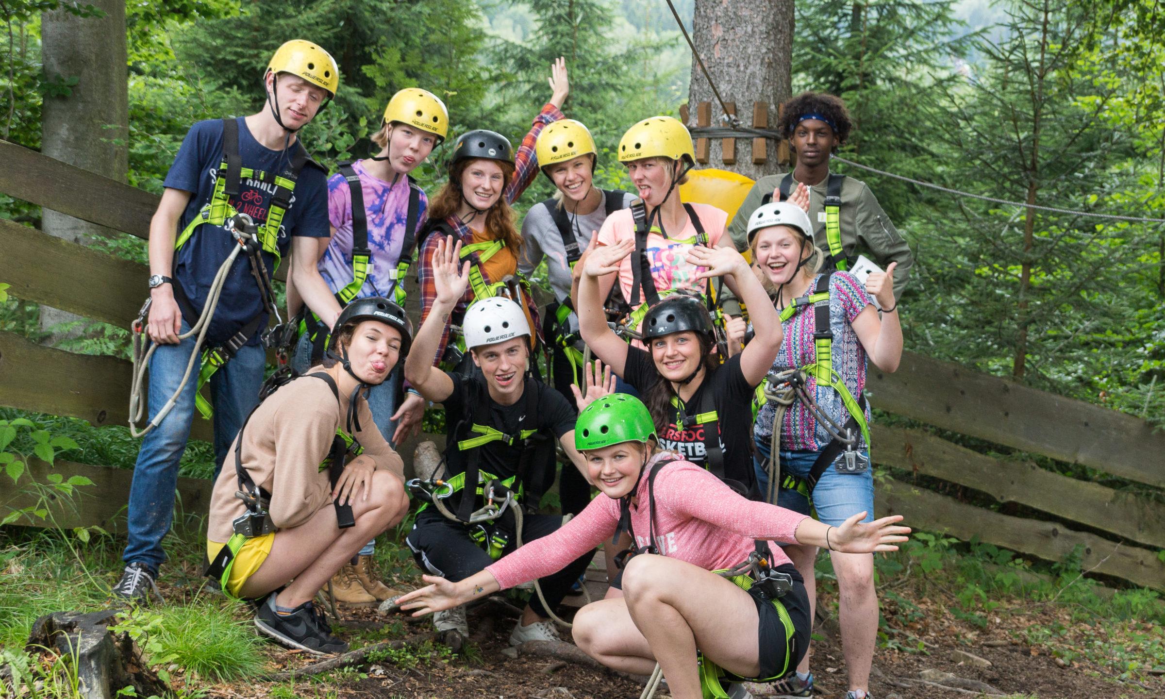 Jongeren in een klimbos in het Reuzengebergte in Tsjechië