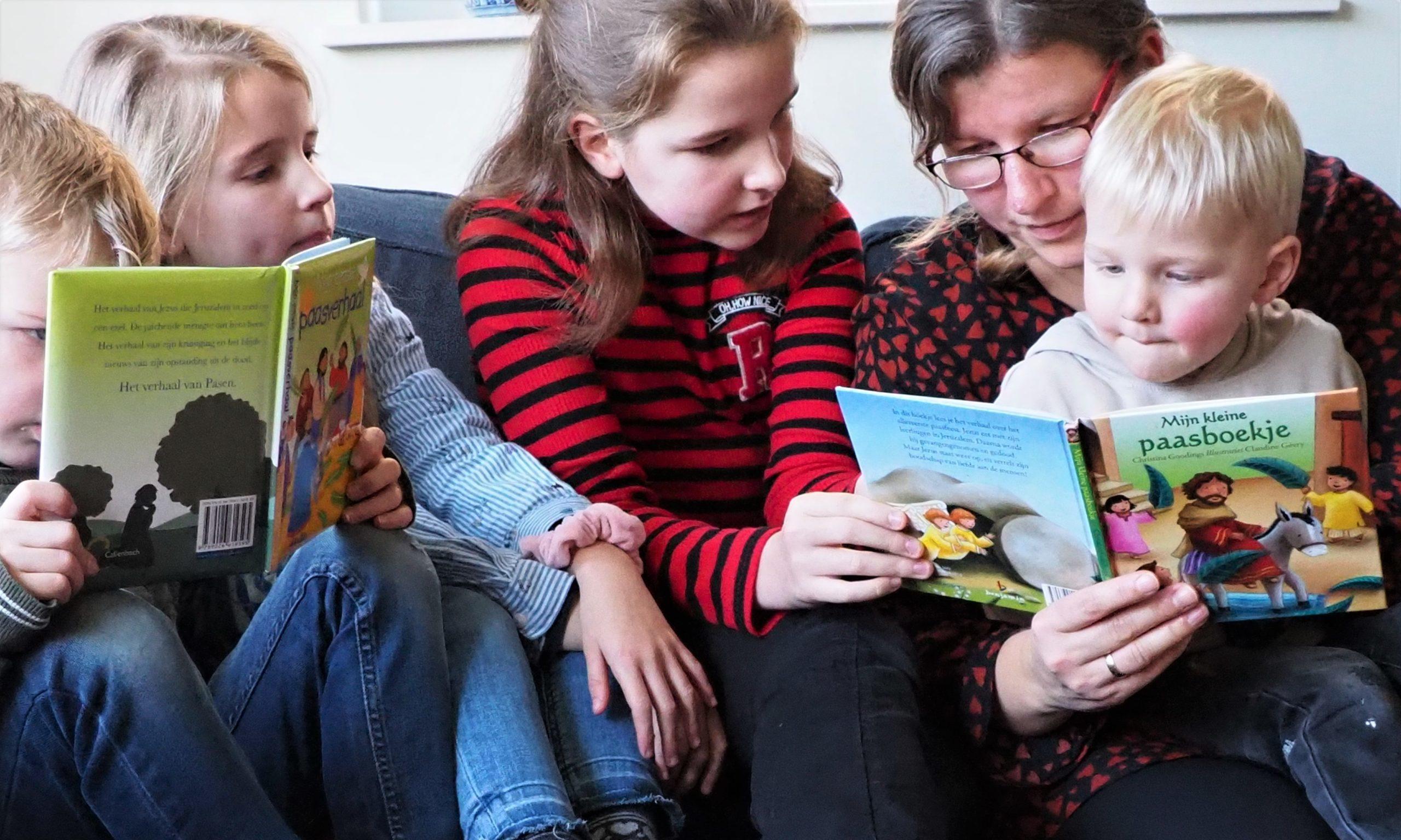 Gezin leest uit boekje